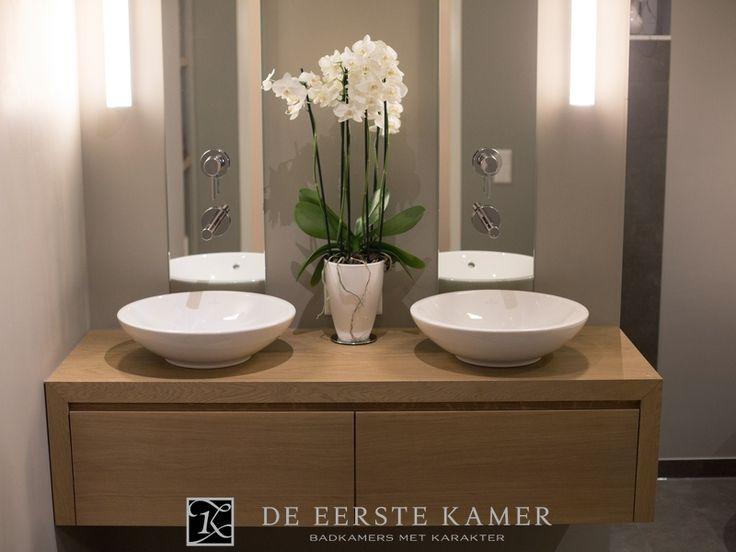 De eerste kamer een modern houten badkamermeubel mooi strak uitgevoerd met twee - Kleur zen kamer ...
