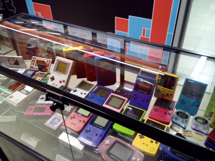 Pletora di Game Boy, Game Boy Color, Game Boy Pocket, Game Boy Advance, Game Boy Micro, Nintendo DS, Tetris, e un paio di giochi per il Game Boy Advance