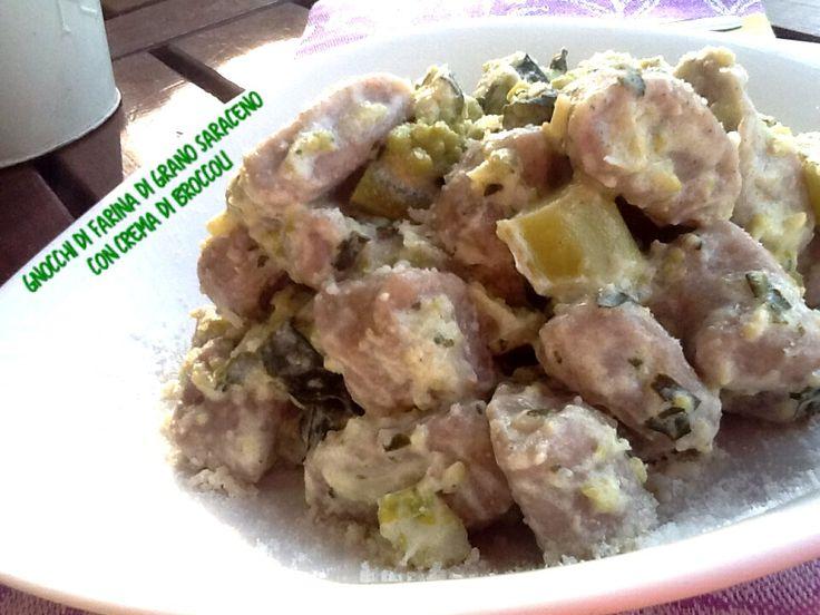 Gli gnocchi di farina di grano saraceno con crema di broccoli è sicuramente un piatto che stupisce. Quando ti appresti ad assaggiare non sai esattamente co