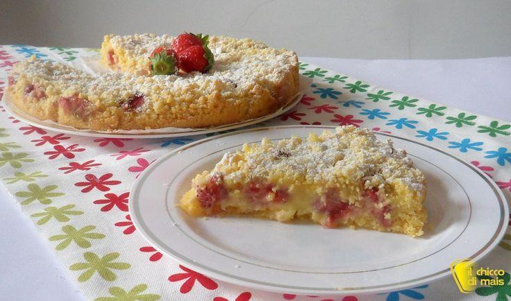 Torta sbriciolata con crema e fragole