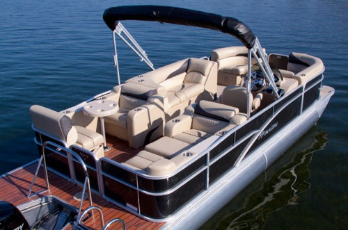 Look closely at the stern seating of the Manitou 23 Oasis SR pictured above and you will see to port a booth-type seating and a café table. To starboard the same seating has been turned into a sunpad.