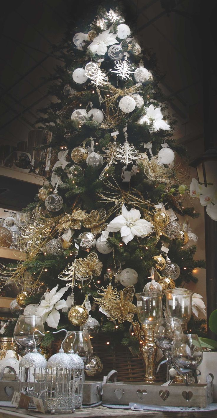 Flowers, lanterns, tree decorations: there's a full chic #Agricola space for your #Christmas! #ChicCollection