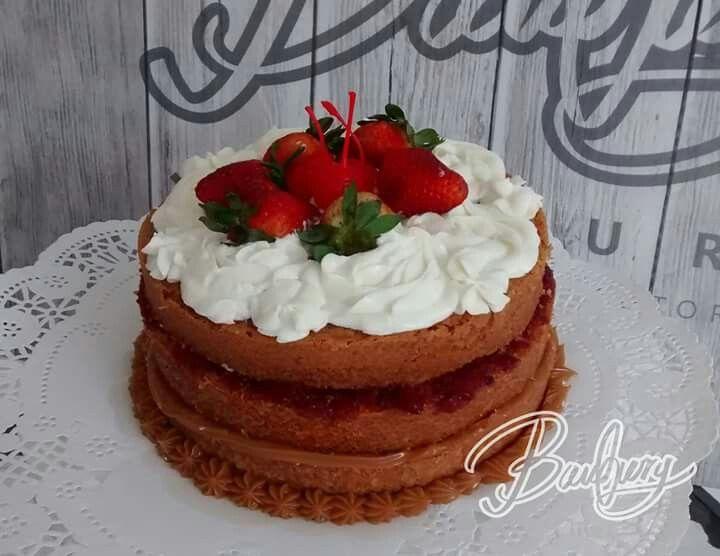 Vainilla con arequipe y frutos rojos, cubierto de crema chantilly con muchas frutas!