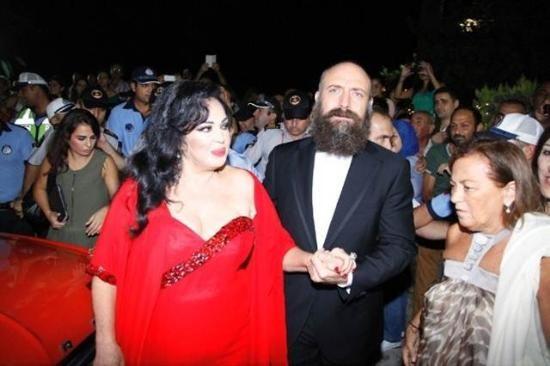 Altın Koza açılış töreni 2013 - Adana'da bu yıl 20'incisi gerçekleştirilen Altın Koza Film Festivali'nin açılışı renkli görüntülere sahne oldu. Açılış törenin onur konuğu olan 'Yeşilçam'ın 4 Yoncası' olarak anılan Türkan Şoray, Hülya Koçyiğit, Fatma Girik ve Filiz Akın, Adanalılar'ın sevgi seliyle karşılaştı. Bu sanatçılara, ünlü aktörler Halit Ergenç, Sinan Tuzcu, Yiğit Özşener ve Yetkin Dikiciler eşlik etti.
