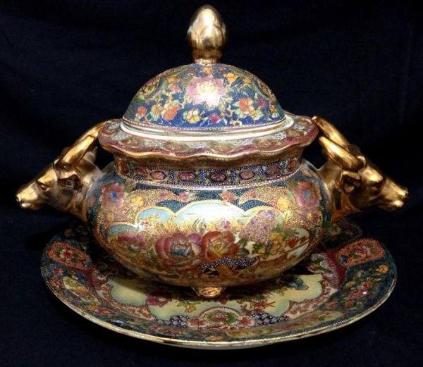 Sopeira com Presentoir de Porcelana Chinesa , com pegas de Touro dourado.