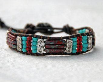 Bracciale in pelle con perline turchese argento di EntwyneDesigns