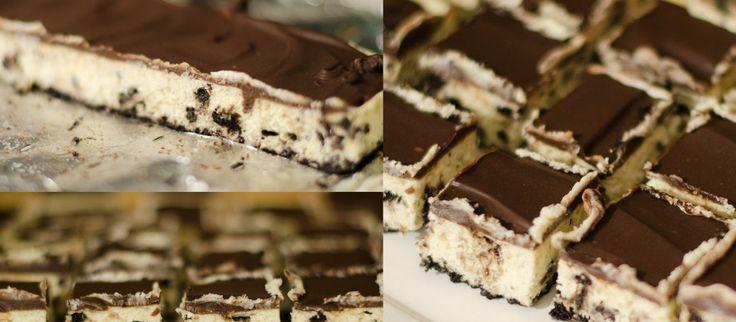 Χρειάζεστε ένα επιδόρπιο για πολύ κόσμο για αύριο ; Μη πανικοβάλλεστε ! Μπισκότα Όρεο , τυρί κρέμα , σοκολάτα είναι όσα χρειάζεστε για μια τέλεια μπάρα cheesecake ! Εκτέλεση Προθερμαίνετε το φούρνο στους 160C. Βάζετε σε ένα ταψί 30×23 με αλουμινόχαρτο ,με τις άκρες να εξέχουν έξω απ'το ταψί.Ψιλοκόψτε καλά 24 μπισκότα.Λιώστε 1/4 της κούπας …