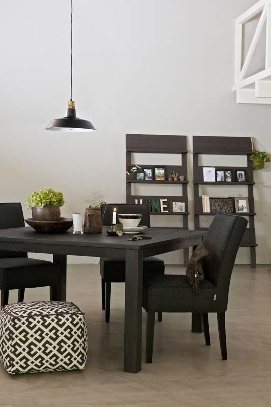 KARWEI | Een zwarte, robuuste eettafel brengt sfeer in huis. #wooninspiratie #karwei #woonkamer