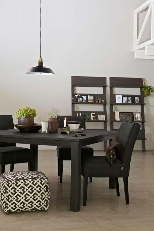 KARWEI | Een zwarte, robuuste eettafel brengt sfeer in huis. #wooninspiratie #karwei #eetkamer