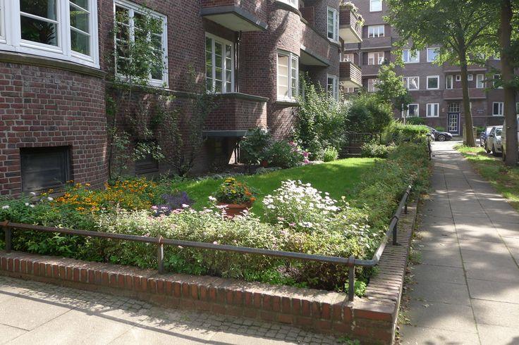 """Eigentlich handelt es sich hier um einen typischen Vorgarten der Backsteinhäuser aus der Schumacherzeit, zufinden in allen Backsteinquartieren Hamburgs, von Hamm über Barmbek bis Winterhude. Allesamt mit kleiner gemauerter Backstein-Umrandung inklusive """"Eisenreling"""", an die sich wunderbar Fahrräder anschließen lassen. Wir, die Bewohner von """"Elisa"""" haben dieses Frühjahr mehrere Kaninchenfamilien dazu bewegen können, hier ihre Freizeit zu verbringen und Kinder aufzuziehen. Denn wir…"""