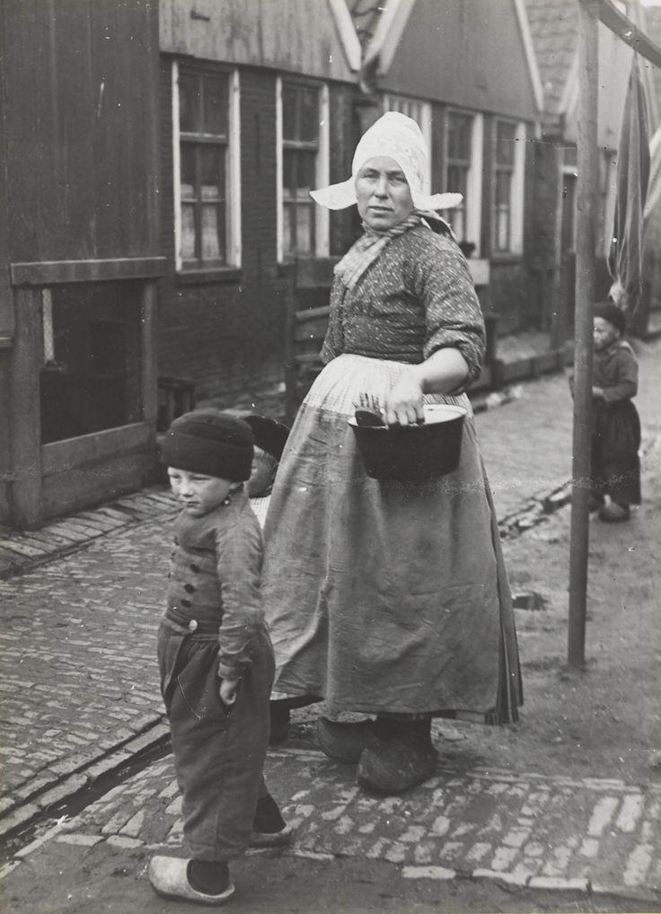 Vrouw en kinderen in Volendammer streekdracht. Ze zijn gekleed in daagse dracht. 1926 #NoordHolland #Volendam