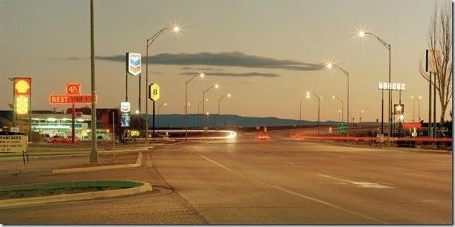 © Jeff Brouws. Jeff Brouwses un fotógrafo estadounidense (nacido en San Francisco, California, en 1955) que ha compilado una inspección visual de la evolución de los paisajes culturales rurales, urbanos y suburbanos de Estados Unidos, capturando la experiencia social y la relevancia cultural de la iconografía clásica americana. Desde paisajes de autopista de moteles ruinosos y gasolineras con luces de neón a escenas de carnaval de pueblo secundario ofrecen una visión sombría de la cultura…
