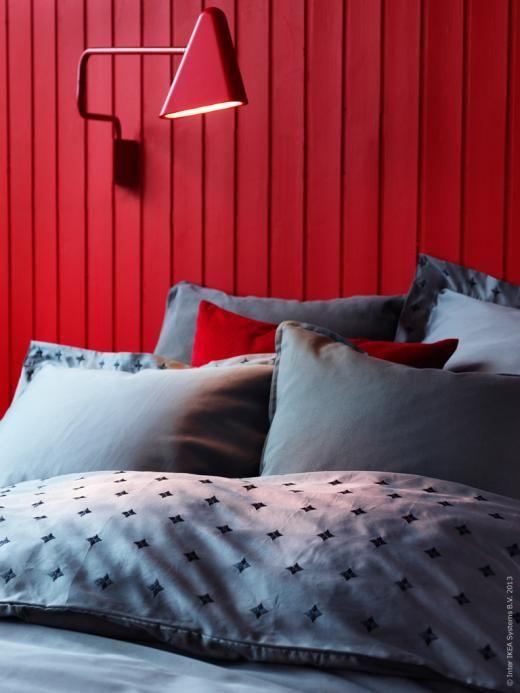 Sov gott i grå VINRANKA påslakan. Grått och rött är en utsökt kombination.