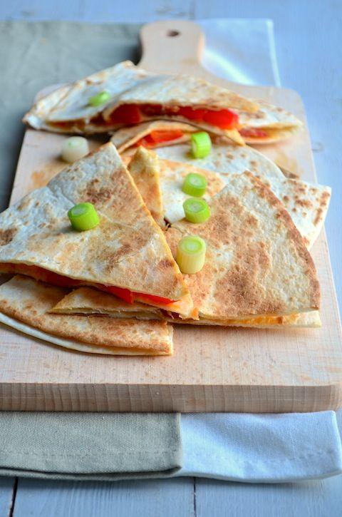 Quesedillas zijn lekker bij de lunch, als borrelhapje of als tussendoortje. Ik maakte deze versie met chorizo, super lekker en easy.