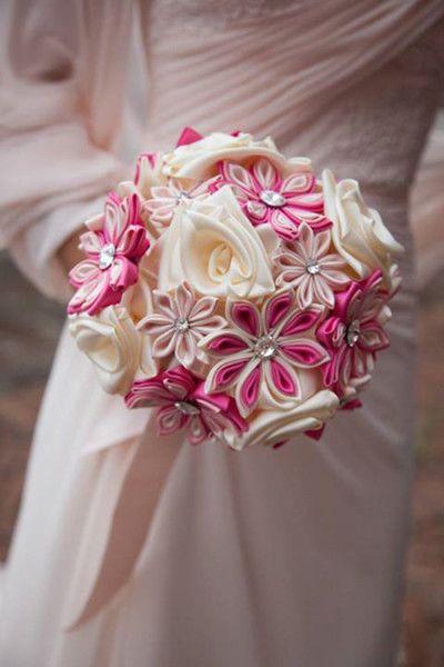 Bouquet in tessuto con fiori di seta rosa e bianchi. Bride bouquet with pink and white fabric flowers. #wedding