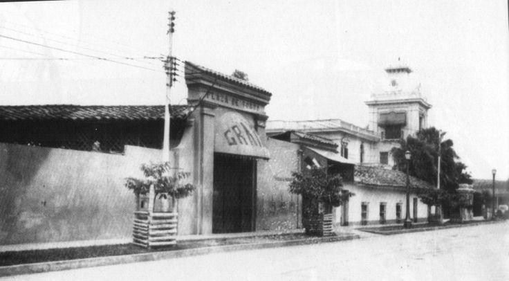 Portada de la antigua Plaza de Toros, barrio Granada. Al fondo se ve la quinta Villa María, de don Emiliano Otero.