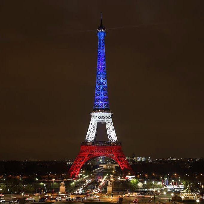 La Tour Eiffel éclairée aux couleurs du drapeau français #NousSommesUnis http://ift.tt/1JupD2h