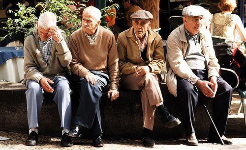 La pirámide de edad en España presenta desde hace tiempo cambios radicales que se definen fundamentalmente por un creciente y preocupante envejecimiento de la población que incide en el tejido social y, sobre todo, económico de la sociedad. Casi 18 millones de españoles tienen en la actualidad más de 50 años, cifra que en números …
