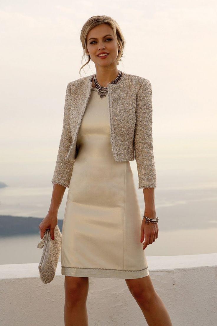 Linea Raffaelli cruise collection 16-17, set114 -jacket 161-772-01 dress 161-779-01 Deze stijlvolle cocktailjurk past perfect bij de feestelijkheden van zowel overdag als 's avonds. De beige jurk heeft een ronde hals. Het bijpassend goudkleurige jasje met driekwart mouwen heeft een grove textuur.