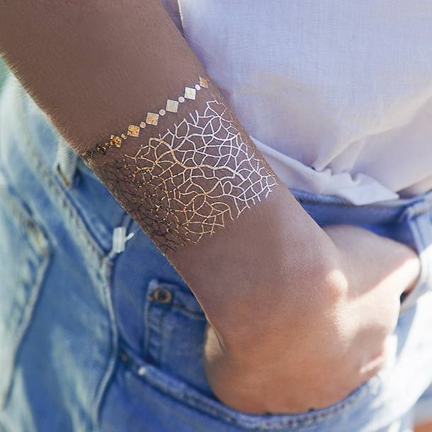 Set di 4 tatuaggi temporanei a forma di fascia larga dorata.