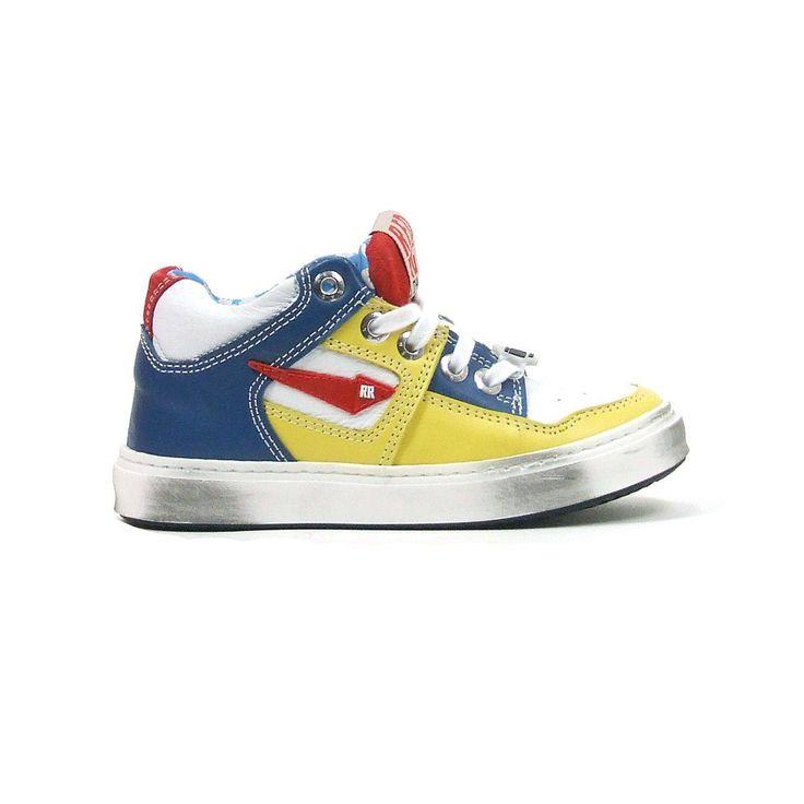 Enkel hoge skate veter schoenen van Red Rag, model 4823! Deze enkel hoge skate schoenen geven net wat extra steun bij de enkels en zijn helemaal van leer met een eventueel uitneembare loopzool. De schoenen worden gesloten door middel van een fris witte veter. Deze vrolijk skate schoen is summer proof qua kleuren palet, strak wit wordt afgewisseld door zomers geel en blauw uiteraard ook Red Rag rood. De loopzool van de skate schoenen is extra dik en van stevig rubber.