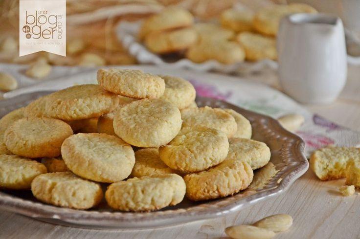 Fave dei morti, ricetta classica di Pellegrino Artusi, preparata con mandorle dolci tritate, farina, zucchero, uovo e burro. Per la festa di Ognissanti.