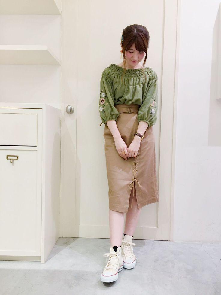 刺繍入りシャーリングブラウス 袖にあしらった刺繍と胸元のシャーリングが可愛いブラウス。オフショルにしても着られる形で夏まで着ていただけます。合わせたスカートはタイトすぎないシルエットでストレッチも効いていて履きやすいです。レースアップもポイントに◎。