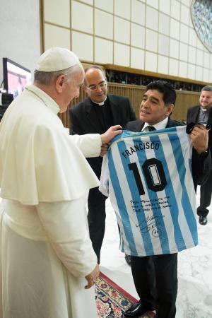 1日、ローマ法王庁で、「フランシスコ」とプリントされたアルゼンチン代表のユニホームをローマ法王フランシスコ(左)にプレゼントするマラドーナ氏(オッセルバトーレ・ロマーノ紙提供・AP=共同) ▼2Sep2014共同通信|法王が呼び掛け、平和の親善試合 マラドーナ氏らがプレー http://www.47news.jp/CN/201409/CN2014090201001395.html #Diego_Maradona #Pope_Francis #Papa_Francisco #Papa_Francesco