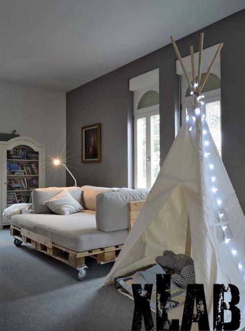 Originale divano letto modello Epalwood realizzato interamente a mano. Stile pallet il divano letto Eplawood è solido e facilmente trasportabile grazie alle ruote in dotazione, la seduta è formata da un materasso con trapunta sfoderabile - COMPOSTO DA LASTRA IN WATERFOAM ALTEZZA 17 CM - - ALTEZZA MATERASSO FINITO 19 CM CIRCA - - LASTRA DOTATA DI DOPPIA PANTOGRAFIA MASSAGGIANTE - - SUPER TRASPI