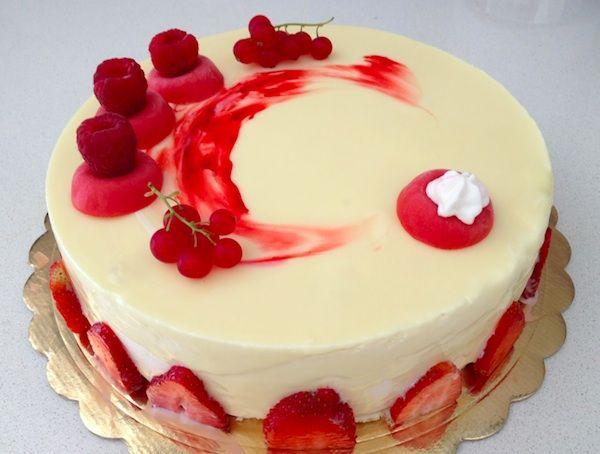 In occasione del Capodanno ecco una ricetta proposta da Luca Montersino perfetta per le feste: la torta perla rubino è una bavarese al cioccolato bianco decorata con gelèe ai frutti rossi.