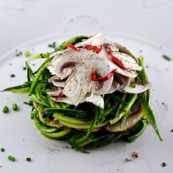 """#Insalata di #zucchine e #funghi. Una #fresca insalata ideale per un #pranzoveloce e #genuino. Dal blog """"La via delle spezie"""". Vieni a scoprire #ingredienti e preparazione grazie al link qui di seguito! http://bit.ly/1Cp82ml  #Melarossa"""