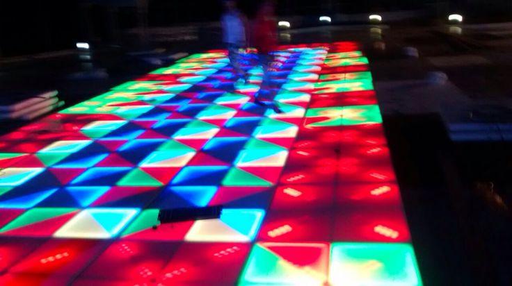Pista led 311 284 0912 / 310 564 6531 comercial@multieventos.com.co / www.multieventos.com.co