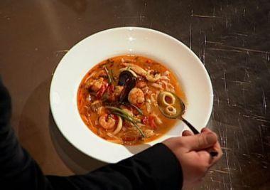 Reteta Laura Nicolicioiu: Supa thailandeza cu pui si fructe de mare
