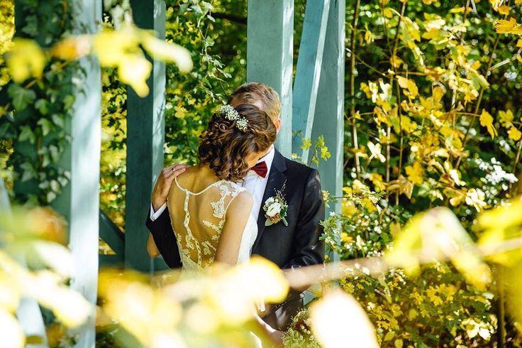 Bei dieser traumhaften Hochzeit hat der goldene Oktober seinem Namen alle Ehre gemacht #hochzeit #schlosshochzeit #herbsthochzeit #lichtundherz #brautpaar #brautpaarshooting #fotograf #karlsruhe #stuttgart #pforzheim #myhochzeitswahn #Weddingpic #muchlove_ig #firstandlasts #authenticlovemag #realwedding #loveandwildhearts #wedding #weddingpicoftheday #hochzeitsfotograf