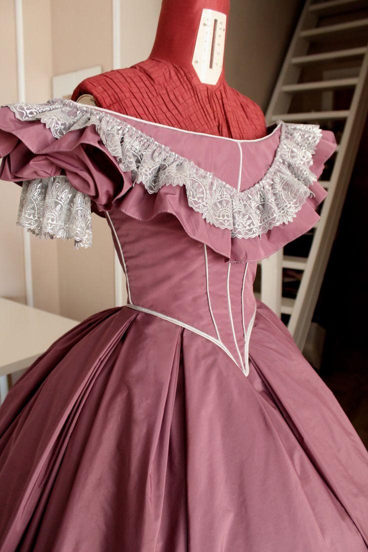 Abito Vittoriano Da Ballo Victorian Ball Gown In Taffeta Victorian Ball Gowns Prom Dresses Taffeta Ball Gowns [ 1104 x 736 Pixel ]