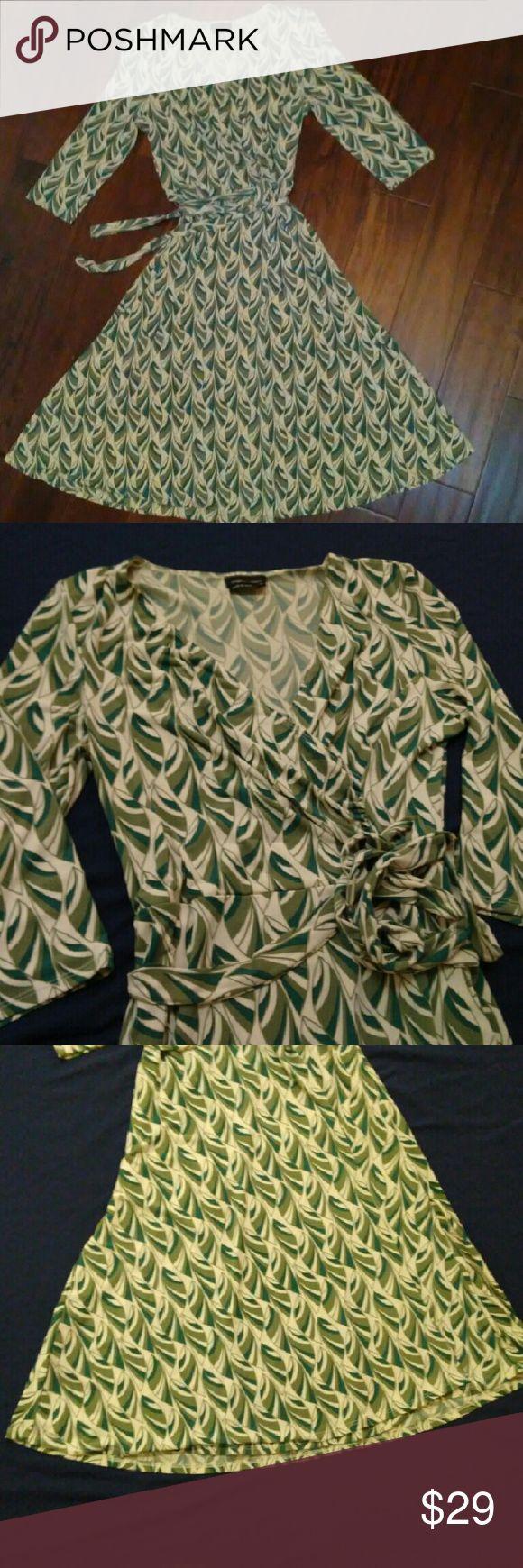 max and cleo Wrap Dress w/ leaf design sz Med max and cleo Wrap Dress w/ leaf design rouched left side cross over top sz Med Max & Cleo Dresses