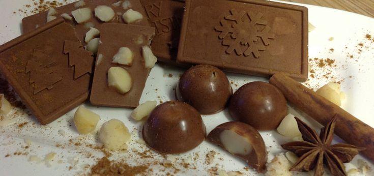 Selbstgemachte Schokolade mit Kakaobutter, Kakaomasse, Sahnepulver, Vanille, Lebkuchengewürz und Macadamias