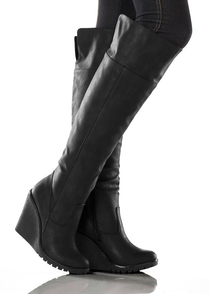 Se nu:Sexiga och ändå bekväma! Denna overknee-stövel i högvärdig läderlook är säsongens absoluta måste-ha. Det höga skaftet kan vikas upp över knät och kilklacken sträcker dina ben, för en fantastisk profil, samtidigt som den är superbekväm. Den passar perfekt i vardagen och dragkedjan på insidan gör den lätt att ta på och av. Om till stuprörsjeans, leggings eller minikjol - i dessa sexiga stövlar får du uppmärksamhet!