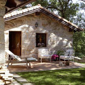 Casa de campo en piedra con carpintería en madera