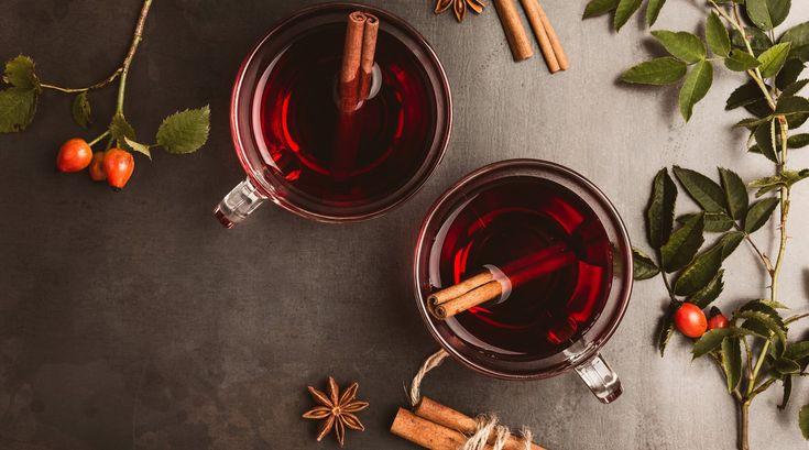 Glühwein gehört zur Weihnachtszeit wie duftende Plätzchen, Küsse unter dem Mistelzweig und das Warten auf den ersten Schnee. Doch so gerne wir den heißen Trunk auch schlürfen – der Mix aus Zucker und Alkohol (noch mehr Zucker!) ist leider alles andere als gesund oder figurfreundlich und kann nach vielen geleerten Tassen auf dem Weihnachtsmarkt schon für eine Gewichtszunahme sorgen. Wir verraten die besten Rezepte mit einem Twist, die mit Schuss oder ohne zum Genießen einladen.