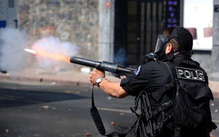 Sizin öldürme planları yaptığınız geceler biz inadına sevişiyoruz, haberiniz olsun!  'Ben de sıkayım biraz ya!' diyen İzmir polisi! Ya da 'Öldürmenin Pratiği!'