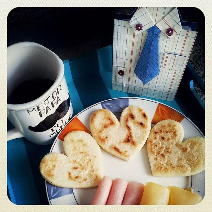 Tarjeta y desayuno Día del Padre, arepas en forma de corazón, taza decorada.