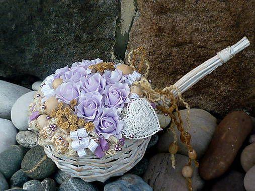 jemne fialové ruže so srdiečkom v bielom košíčku
