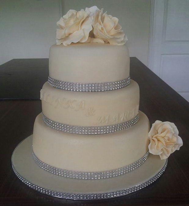 #Bruidstaart, #Trouwtaart, #strass, Drielaags, citroenbavaroise, taart, gumpaste rozen, marsepein, fondant, ton sur ton,