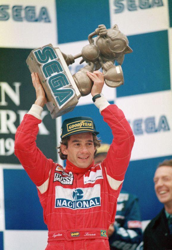 """Foi uma das grandes vitórias de Senna naquele ano, e muito apropriada: naquela corrida, o McLaren MP4/8 de Senna trazia um discreto adesivo de um porco-espinho atropelado, chamado squashed hedgehog. Era a """"homenagem"""" de Senna a Alain Prost na corrida anterior, em Interlagos, que sofreu um acidente e abandonou a prova."""