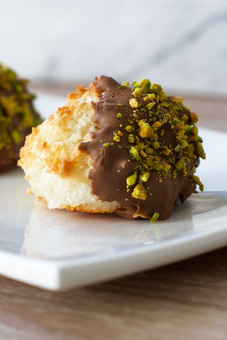 This recipe for delicious coconut macaroons with chocolate and pistachio is a nice and impressive twist on this classic…