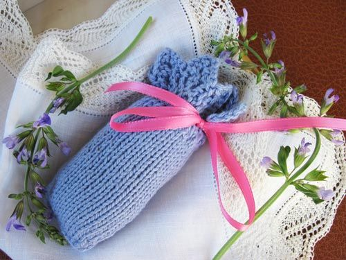 Three Eyelets Sachet. Knit this little sachet bag that starts with an easy 8-row lace edging. Filled with your favorite potpourri scents, it will make a delightful addition to your lingerie drawer or sweater shelf.: Delight Addition, Three Eyelet, Sachets Bags, Sachets Patterns, Lingerie Drawers, Indie Patterns, Eyelet Sachets, 2013 Giftalong, Ravelry Giftalong