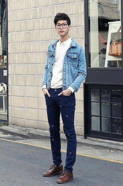Look jeans com jeans é bem estiloso também. O segredo é sempre combinar lavagens beeem diferentes uma da outra. Esse look também é legal porque mostra a camisa branca super clássica de um jeito nada almofadinha, bem descoladex