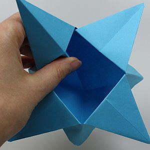 Mit dieser Bastelanleitung gelingt Dir eine wunderschöne Origami-Schachtel für Weihnachten. Jetzt Origami-Schachtel in Sternform falten!