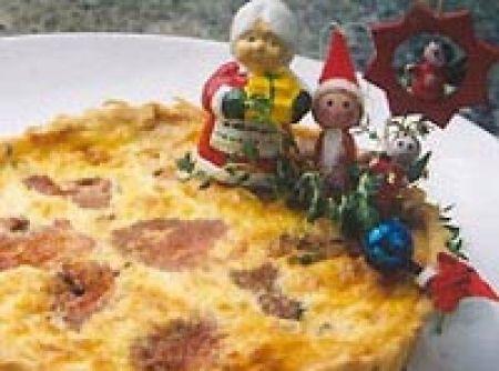 Receita de Quiche de natal - quiche Misture as natas frescas, os ovos, o sal e a pimenta-do-reino e reserve. Montagem: Coloque na fôrma já forrada com a massa, as...